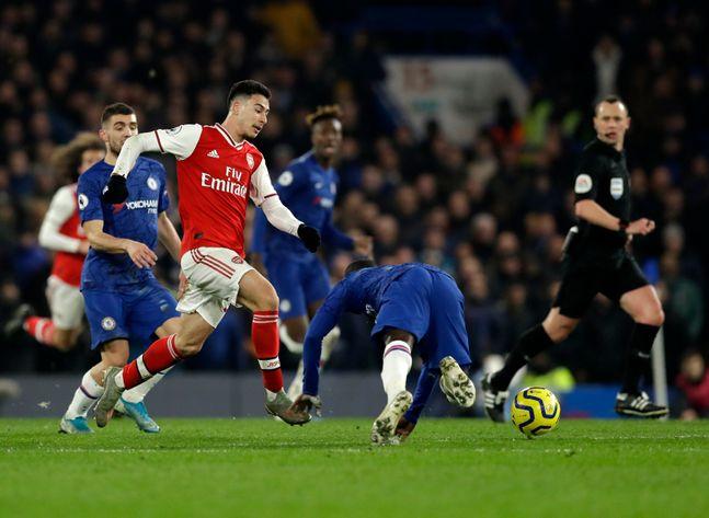 가브리엘 마르티넬리가 22일(한국시각) 영국 런던 스탬포드 브릿지에서 열린 '2019-20 잉글리시 프리미어리그' 24라운드 첼시와의 원정 경기서 캉테를 제치고 상대 진영으로 돌진하고 있다. ⓒ 뉴시스