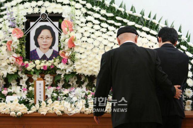 금강산 관광 도중 북한군의 총격으로 살해당한 고 박왕자 씨의 영결식에서 유가족들이 서로를 위로하고 있다(자료사진). ⓒ연합뉴스