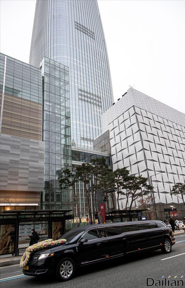 22일 서울 잠실 롯데월드몰 콘서트홀에서 영결식을 마치고 울산 선영으로 이동하고 있다.ⓒ데일리안