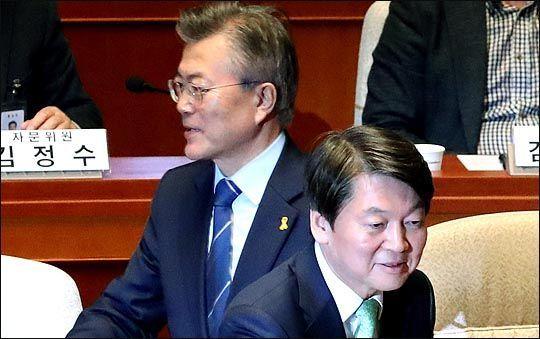 문재인 대통령(왼쪽)과 안철수 전 국민의당 대표가 엇갈려 지나치고 있다. 자료사진. ⓒ데일리안 박항구 기자