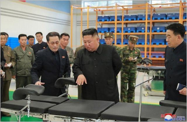 김정은 북한 국무위원장이 지난해 10월 묘향산 의료기구 공장을 시찰하고 있다. ⓒ조선중앙통신