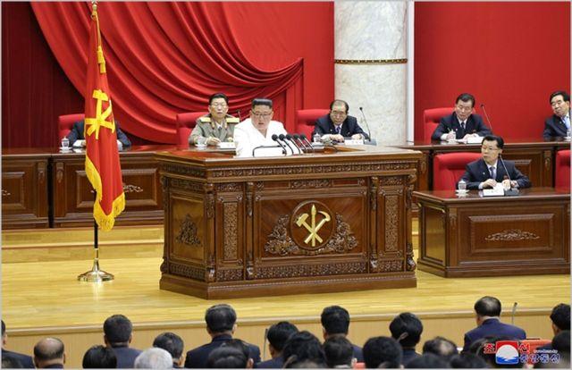 김정은 북한 국무위원장이 지난달 29일 평양에서 노동당 제7기 제5차 전원회의 2일차 회의를 진행하고 있다. ⓒ조선중앙통신