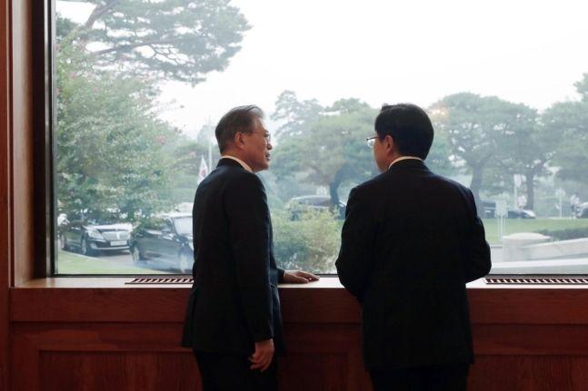 문재인 대통령과 황교안 자유한국당 대표가 2019년 7월 18일 청와대 인왕실 앞 창가에서 대화를 나누고 있다.ⓒ청와대