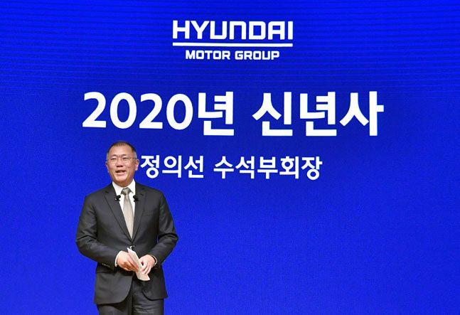 정의선 현대자동차그룹 수석부회장이 2일 서울 양재동 현대차그룹 본사에서 열린 2020년 신년회에서 프레젠테이션 방식으로 신년사를 하고 있다. ⓒ현대차그룹