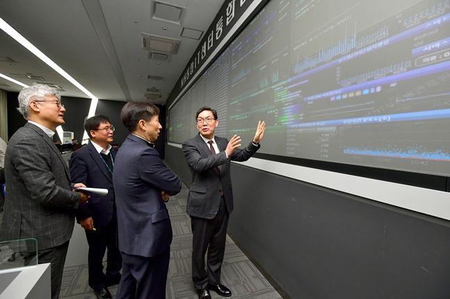 이대훈 NH농협은행장(사진 오른쪽)이 21일 경기도 의왕시에 위치한 NH통합IT센터를 방문해 비상대응체계를 점검하고 있다.ⓒNH농협은행