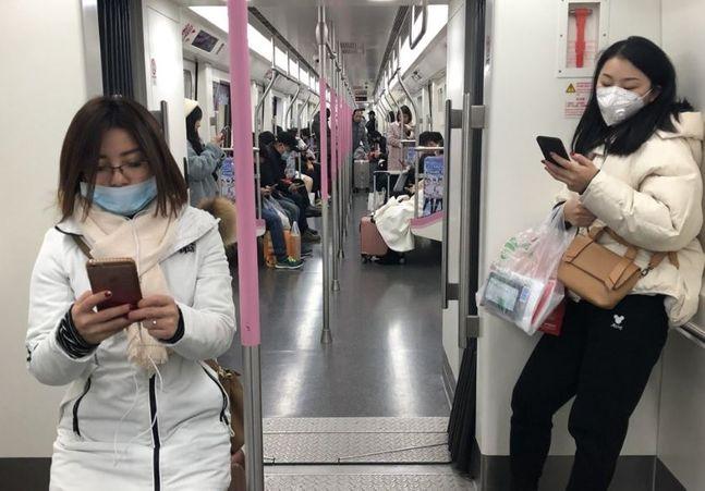 지난 21일 중국 후베이성 우한(武漢)시의 지하철에서 대부분 시민들이 마스크를 쓰고 있다.ⓒ연합뉴스