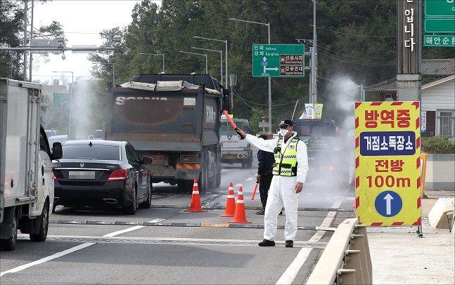 지난해 9월 25일 강화대교 앞에서 아프리카돼지열병(ASF) 확산을 막기 위한 차량 거점소독이 실시되고 있다.(자료사진)ⓒ데일리안 박항구 기자