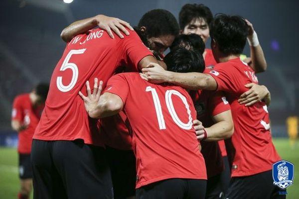 호주를 제압하고 도쿄행 티켓을 얻은 선수들이 기쁨을 만끽하고 있다. ⓒ 대한축구협회