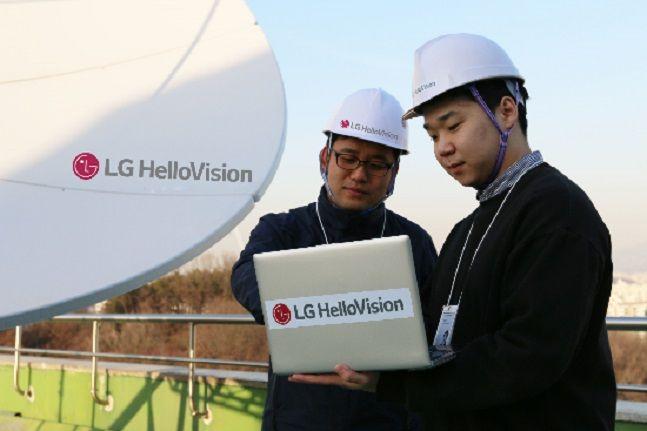 LG헬로비전 직원들이 서울 양천구 신정동 디지털미디어센터(DMC)에서 해외 방송 신호 수신장비를 점검하고 있다.ⓒLG헬로비전
