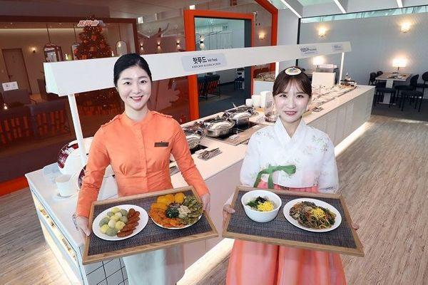 제주항공은 25일과 26일 양일간 인천국제공항 JJ라운지에서 떡국 등 설 음식을 제공한다. 사진은 제주항공 모델들이 인천국제공항 JJ라운지에 마련된 음식을 소개하고 있는 모습.ⓒ제주항공