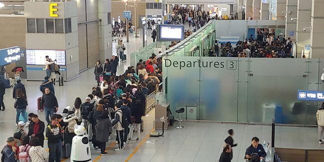 설 연휴(1.24~27)를 하루 앞둔 23일 오전 인천공항 제1여객터미널 출국장이 해외로 출국하는 승객들로 북적이고 있다.ⓒ뉴시스