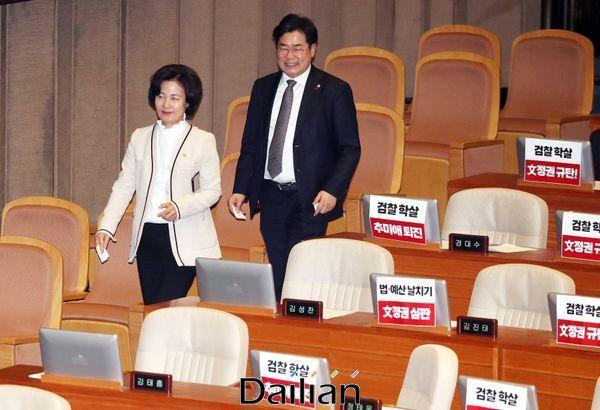 추미애 법무부 장관이 지난 13일 열린 국회 본회의에서 정세균 국무총리 임명동의안 표결에 참석하며 자유한국당 의원들이 모니터에 붙여놓은