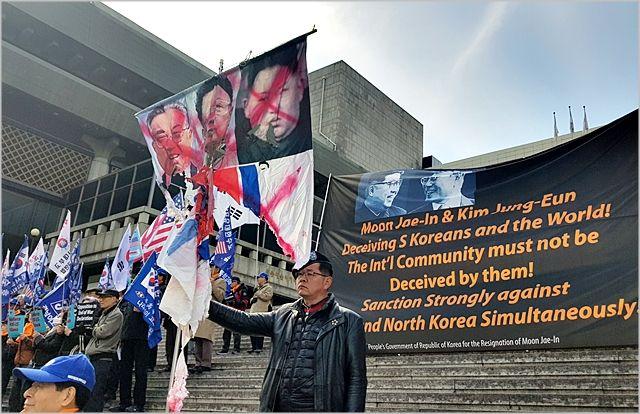 지난해 2월 보수단체 회원들이 서울 세종대로 세종문화회관에서 김정은 북한 국무위원장을 규탄하는 시위를 벌이고 있다. ⓒ데일리안
