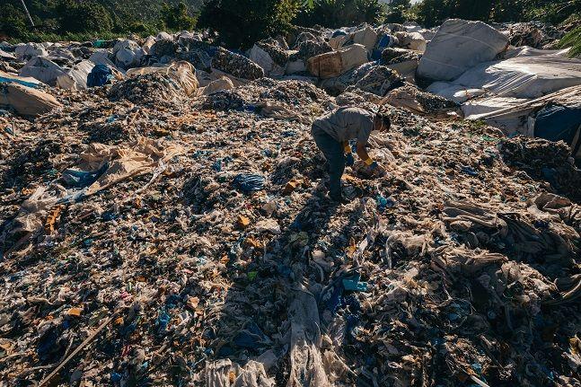필리핀 민다나오섬 미사미스 오리엔탈에 압수 보관 중인 한국발 플라스틱 쓰레기 모습.ⓒ뉴시스