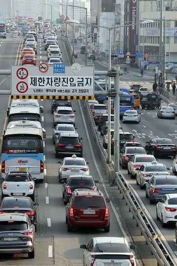 설 연휴를 하루 앞둔 23일 오전 서울 용산구 한남2고가 인근 도로가 정체현상을 빚고 있다.ⓒ뉴시스