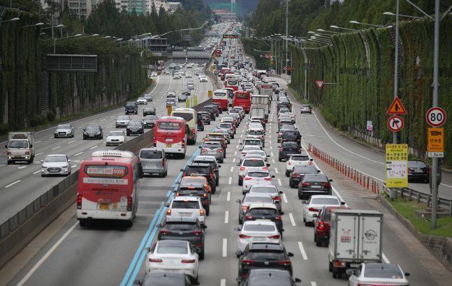 설 연휴 첫날이자 토요일인 24일은 귀성인파가 몰리면서 전국 고속도로가 매우 혼잡할 것으로 예상된다.(자료 사진)ⓒ뉴시스