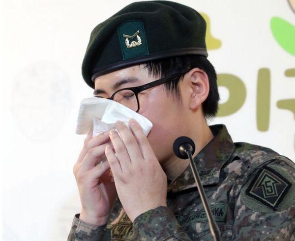 휴가 중 해외에서 성전환 수술을 받고 돌아온 부사관 변희수 하사가 지난 22일 오후 서울 마포구 군인권센터에서 육군의 전역 결정에 대한 긴급 기자회견을 하고 있다.ⓒ뉴시스