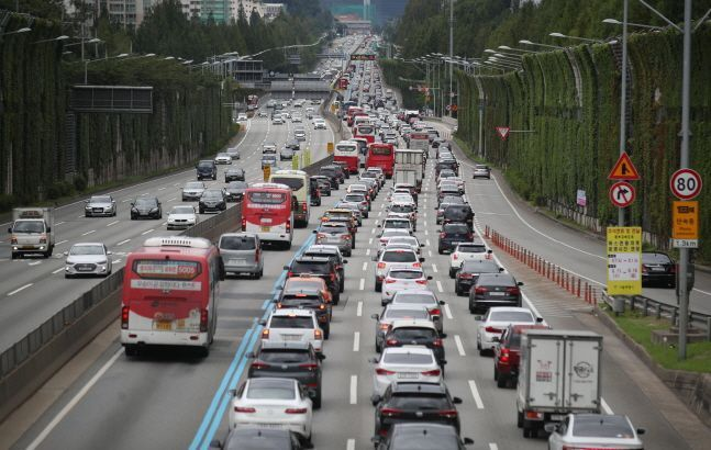 25일 오전 전북 장수군 번암면의 한 교차로에서 A(44)씨가 몰던 벤츠 승용차가 가드레일과 옹벽을 들이 받는 사고가 발생했다.(자료 사진)ⓒ뉴시스