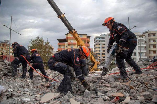 작년 11월 28일( 현지시간) 강진으로 인한 알바니아 두러스의 건물 붕괴 현장에서 터키 구조대가 생존자 수색작업을 하고 있다.ⓒAP/뉴시스