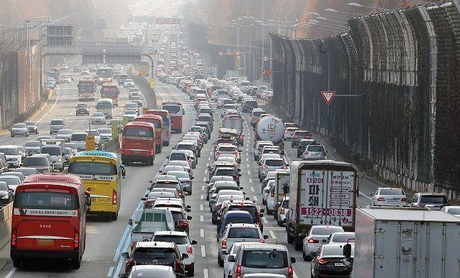 설 당일인 25일 오후 전국 대부분의 고속도로 곳곳이 극심한 정체를 빚으면서 귀성·성묘·귀경에 나선 운전자들이 느린 걸음을 하고 있다.ⓒ뉴시스