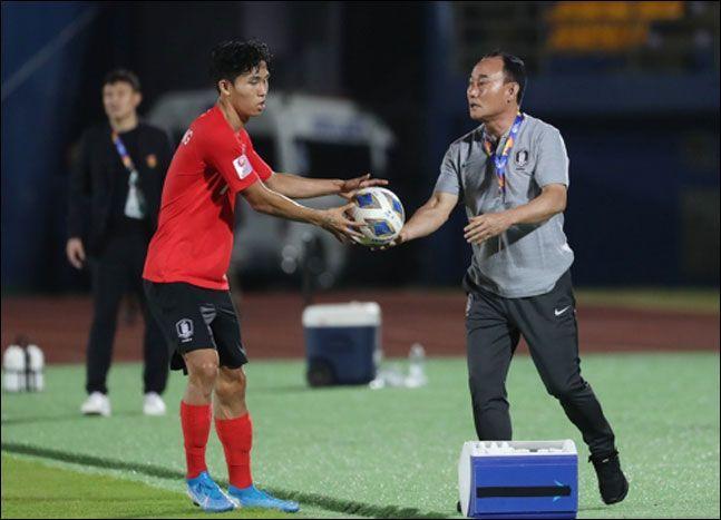 정우영은 김학범호 일원 중 유일한 유럽파로 관심을 한 몸에 받았지만 아직까지 만족스러운 경기력이 나오지 않고 있다. ⓒ 연합뉴스