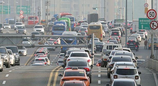 설 다음날인 26일 오전 전국 고속도로에서 본격적인 귀경 차량 정체가 시작됐다.(자료사진)ⓒ뉴시스