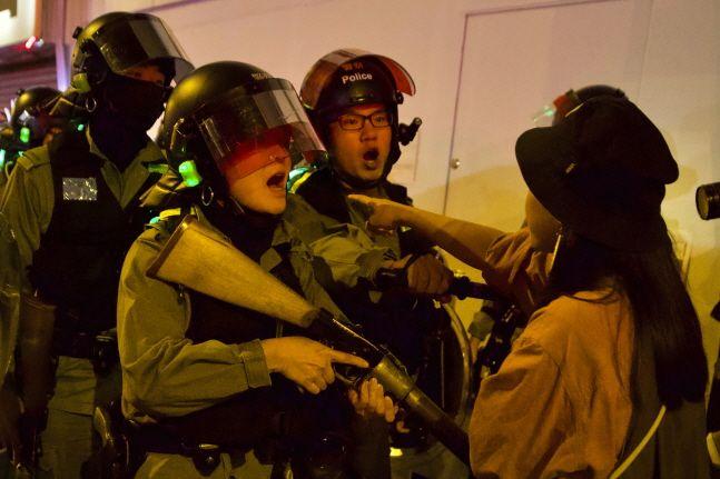 지난해 11월30일(현지시간) 홍콩 프린스 에드워드 역에서 한 주민이 경찰과 언쟁하고 있다.ⓒ뉴시스