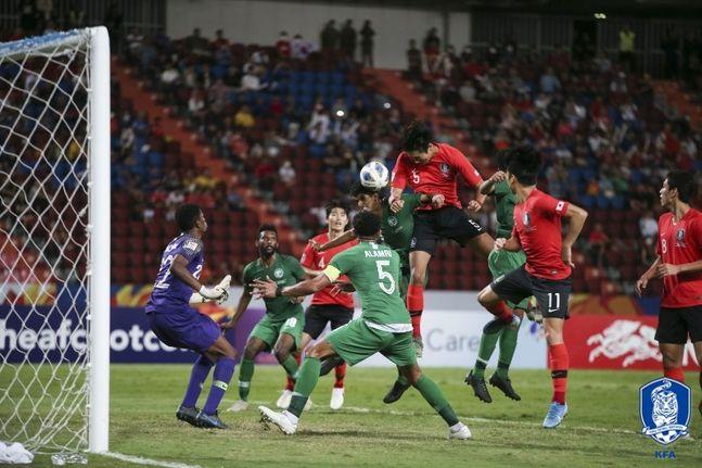 정태욱(대구)이 26일 오후 9시 30분(한국시각) 태국 방콕의 라자망갈라 스타디움에서 열린 사우디아라비아와 아시아축구연맹(AFC) 23세 이하(U-23) 챔피언십 결승전서 연장 후반 8분 헤딩슛을 시도하고 있다. ⓒ 대한축구협회