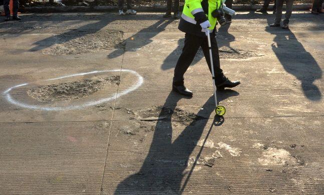 도로교통공단, 경찰 등 사고 조사관들이 경북 군위군 소보면 달산리 상주·영천고속도로에서 블랙아이스 다중 추돌사고 현장 조사를 하고 있다.ⓒ뉴시스