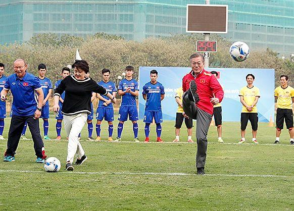 문재인 대통령이 2018년 3월 22일 베트남 국빈방문 첫 일정으로 하노이 베트남 축구협회를 방문해 시축하고 있다.ⓒ청와대