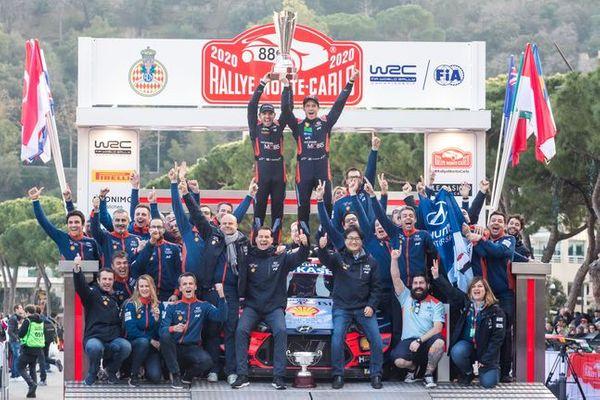 1월 23~26일 개막전으로 치러진 2020 WRC 몬테카를로 랠리에서 우승을 차지한 현대자동차 월드랠리팀 티에리 누빌(Thierry Neuville, 오른쪽)과 보조 드라이버 니콜라스 질술(Nicolas Gilsoul) 선수가 우승 트로피를 들고 세레모니를 하는 모습.ⓒ현대자동차