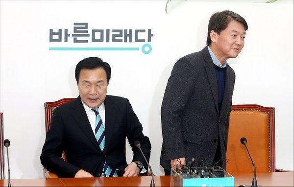 손학규 바른미래당 대표와 안철수 전 의원이 27일 오후 국회에서 만나 인사를 나눈 뒤 자리에 앉고 있다. ⓒ데일리안 박항구 기자
