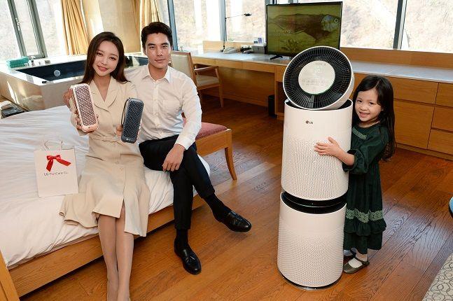 LG전자 모델들이 28일 서울 중구 반얀트리 클럽 앤 스파의 프리미엄 객실인 남산 풀 프리미어룸에서 퓨리케어 미니 휴대용 공기청정기(왼쪽)와 퓨리케어 360° 공기청정기를 소개하고 있다.ⓒLG전자