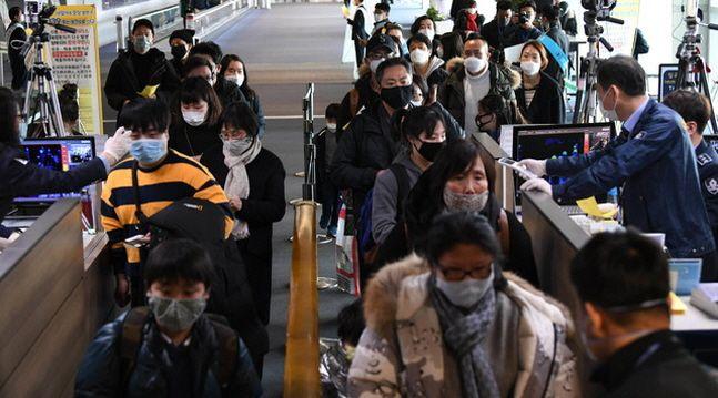 중국발 항공기에서 내린 여행객들과 외국인들이 28일 인천국제공항 제1터미널 입국장 검역소에서 발열검사를 받고 있다.ⓒ뉴시스