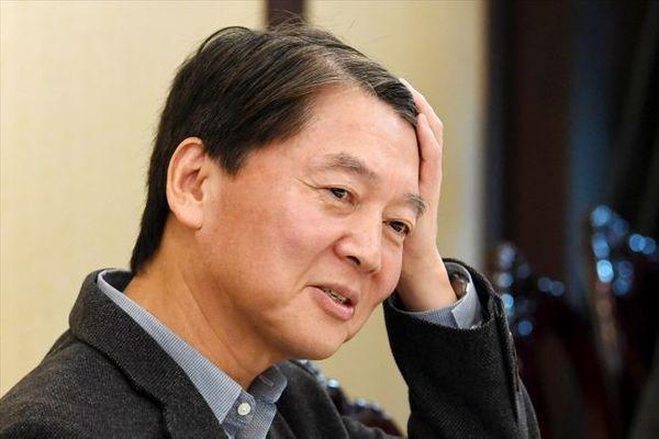 안철수 바른미래당 전 의원이 28일 서울 여의도의 한 중식당에서 바른미래당 의원들과 오찬 회동에서 머리를 쓸어 넘기고 있다.ⓒ데일리안 박항구 기자