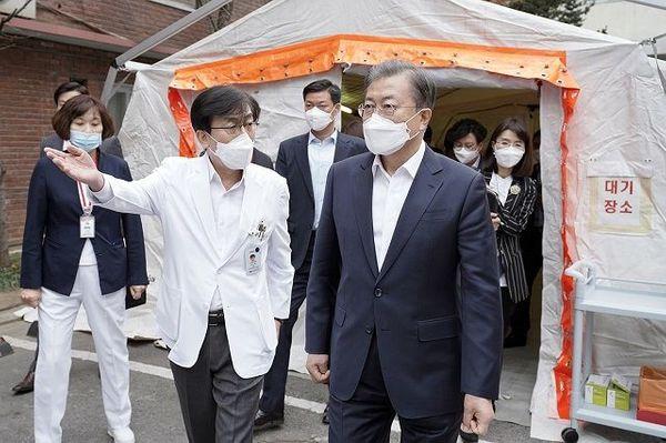 문재인 대통령이 28일 신종 코로나바이러스 감염증 대응 의료기관인 서울 중구 국립중앙의료원을 방문하고 있다.ⓒ청와대