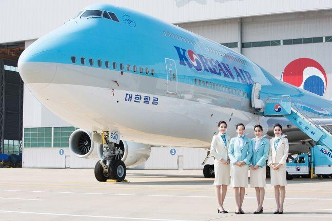 대한항공 보잉 747-8i와 대한항공 승무원들.ⓒ대한항공