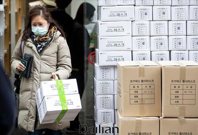 신종 코로나 바이러스 감염증(우한 폐렴)의 확산으로 국내에서도 확진 환자가 발생한 가운데 28일 오후 서울 명동의 한 약국 앞에 마스크 제품 박스가 쌓여 있다. ⓒ데일리안 홍금표 기자