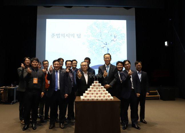 신현우 한화에어로스페이스 대표이사(오른쪽에서 다섯 번째)가 최근 서울 중구 장교동 한화빌딩에서 개최된 '준법실천자 ·데이' 행사에서 한화정밀기계·한화테크윈·한화디펜스·한화파워시스템 등 자회사 관계자들과 함께 기념촬영을 하고 있다.ⓒ한화에어로스페이스