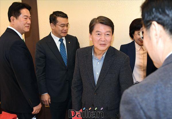 바른미래당 안철수 전 대표가 28일 서울 여의도 한 중식당에서 당 의원들과 오찬 간담회에서 의원들과 인사하고 있다. ⓒ데일리안 박항구 기자