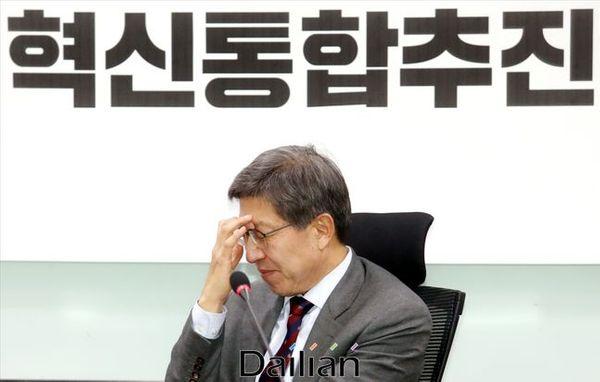 박형준 혁신통합추진위원장이 28일 오후 국회 의원회관에서 열린 혁신통합추진위원회 회의에서 얼굴을 만지고 있다.ⓒ데일리안 박항구 기자