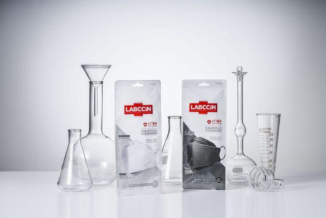 애경산업의 위생 전문 브랜드 '랩신'(LABCCIN)에서 감염원 및 미세먼지 차단에 효과적인 '3단황사방역마스크(KF94)'를 출시했다. ⓒ애경산업