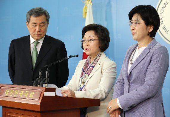 바른미래당 비례대표 국회의원인 이상돈(왼쪽부터), 장정숙, 박주현 의원이 지난 2018년 4월 오전 국회 정론관에서 조속한 출당 조치를 촉구하는 기자회견을 하고 있다. ⓒ연합뉴스