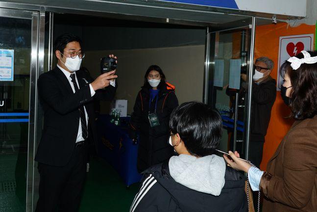 KBL은 설 연휴 이후 재개되는 서울 삼성과 부산 KT의 경기(잠실실내체육관)부터 입장 관중 전원에게 마스크를 제공한다. ⓒ KBL