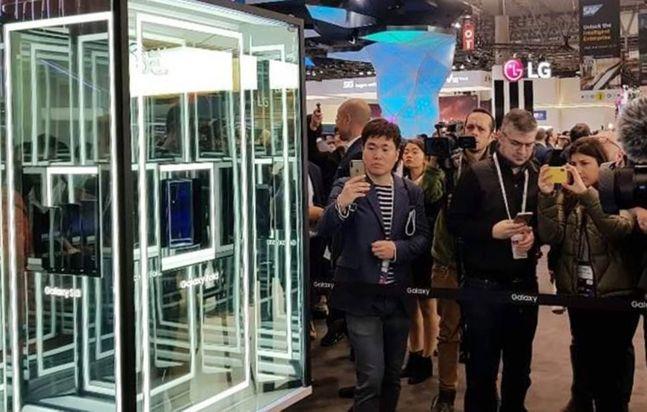 지난해 2월 25일 스페인 바르셀로나에서 열린 '모바일월드콩그레스(MWC) 2019' 행사장에 삼성전자 폴더블 스마트폰 '갤럭시폴드'가 유리관 속에 전시된 모습.ⓒ연합뉴스