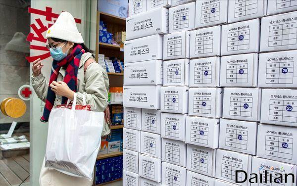 서울 명동의 한 약국 앞에 마스크 제품 박스가 쌓여 있다.ⓒ데일리안 류영주 기자