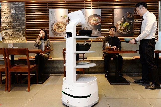 LG전자 '클로이 서브봇'이 지난달 31일 서울 중구 제일제면소 서울역사점에서 고객들에게 음식을 서빙하고 있다.ⓒLG전자