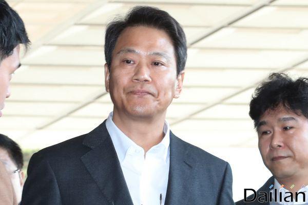 2018년 지방선거에 개입했다는 의혹을 받고 있는 임종석 전 대통령 비서실장이 30일 오전 서울 서초구 서울중앙지방검찰청에 피의자 신분으로 조사 받기 위해 출석하고 있다. ⓒ데일리안 류영주 기자