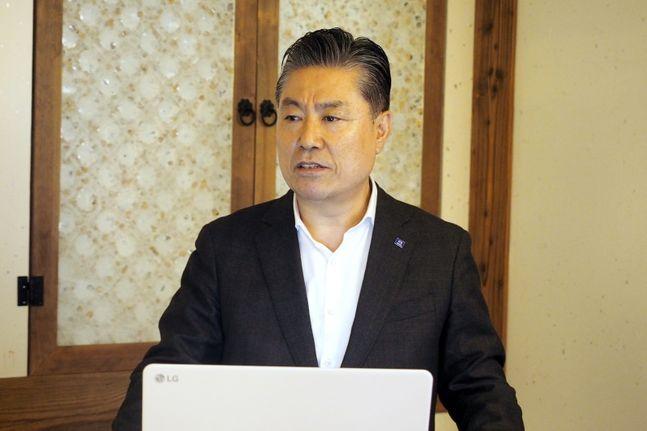김방신 타타대우상용차 사장이 4일 취임 1주년을 맞아 서울 시내 한 음식점에서 개최한 기자간담회에서 기자들의 질문에 답하고 있다. ⓒ타타대우상용차