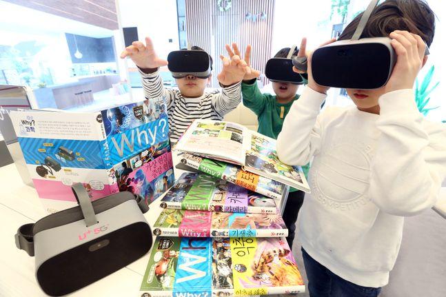 아이들이 LG유플러스가 제공하는 초등학생 학습만화 'Why?' 3D VR 콘텐츠를 감상하고 있다.ⓒLG유플러스